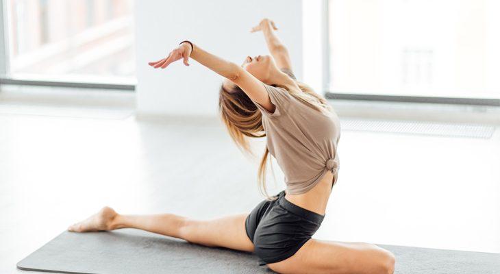 Mujer en mat en movimiento
