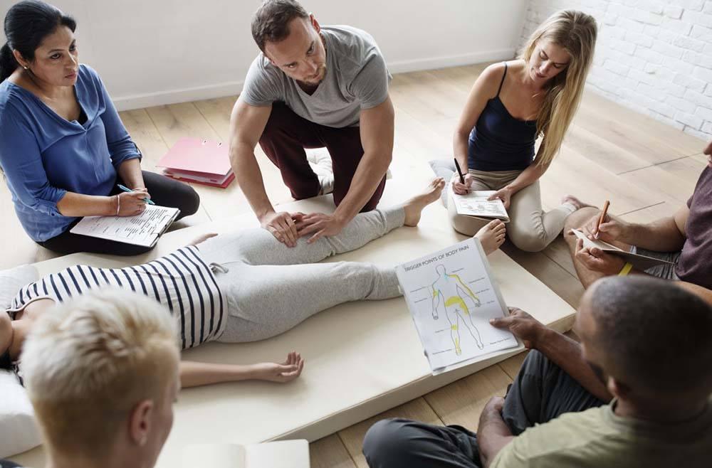 grupo de personas en clase de masajes