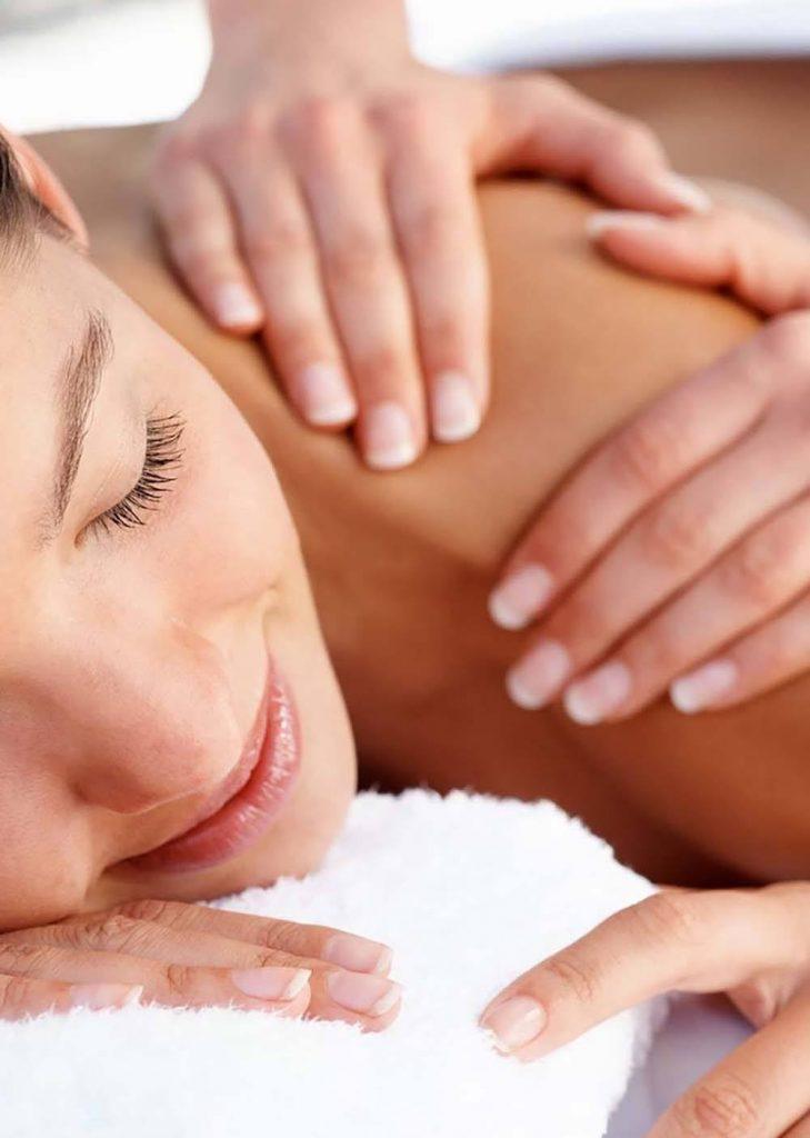persona practicando masajes